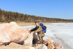 Der Mann auf Steinen Lizenzfreies Stockfoto