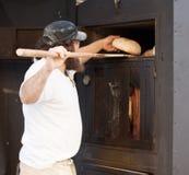 Der Mann backt Brot lizenzfreie stockfotografie