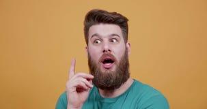 Der Mann berührt seinen Bart denkend an etwas und erhält eine Idee stock footage