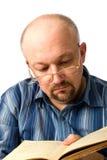 Der Mann, das Buch lesend. Stockfotos