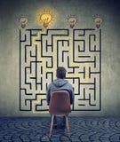 Der Mann, der das Labyrinth gedanklich löst, hat eine Lösung lizenzfreie stockfotos