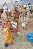 Der Mann, der als Sri Krishna gekleidet wird, wirft in der Desi Kuh Mela auf Stockfoto