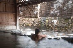 Der Mann, der auf japanisch sich entspannt, onsen Lizenzfreie Stockfotografie
