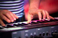 Der Mann, der auf Klavier in der szenischen Ablichtung spielt lizenzfreies stockfoto