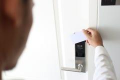 Der Mann, der das keycard kontaktlos ist für verwendet, entriegeln Tür im Hotel Stockbilder