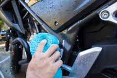 Der Mann, der das Motorrad wäscht Lizenzfreie Stockfotos