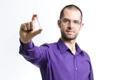 Der Mann, der in den Händen hält, leeren Reagenzglas Stockfotografie