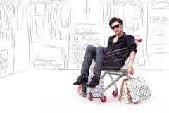 Der Mann, der in der Einkaufslaufkatze mit Hand gezeichnetem Hintergrund sitzt Stockfoto