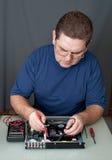 Der Mann, der DVD ein Spieler repariert lizenzfreie stockfotografie