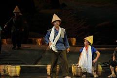 Der Mann, der eine Bambushut Jiangxi-Oper eine Laufgewichtswaage trägt Lizenzfreies Stockfoto