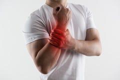 Der Mann, der Eisbeutel auf Handgelenk hält, las die Stelle, die Standort der Schmerz anzeigt Lizenzfreie Stockfotos
