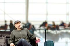 Der Mann, der am Flughafen wartet Stockfotos