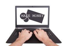 Der Mann, der an Laptop arbeitet, verdienen Geld Stockbilder