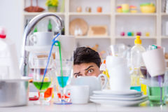 Der Mann, der am Müssen Teller waschen frustriert ist lizenzfreie stockfotografie