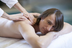 Der Mann, der Massage empfängt, entspannen sich Behandlung Lizenzfreies Stockbild