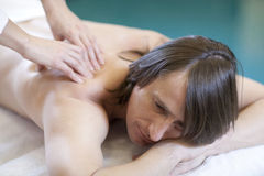 Der Mann, der Massage empfängt, entspannen sich Behandlung Stockbild
