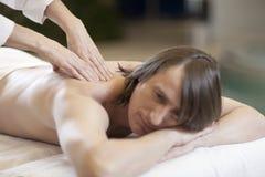 Der Mann, der Massage empfängt, entspannen sich Behandlung Lizenzfreie Stockfotos
