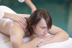 Der Mann, der Massage empfängt, entspannen sich Behandlung Lizenzfreies Stockfoto