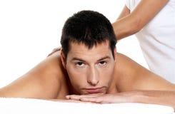 Der Mann, der Massage empfängt, entspannen sich Nahaufnahmeportrait Stockfoto