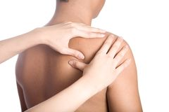 Der Mann, der Massage unterstützen empfängt ein, von der Schulter Stockfoto