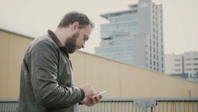 Der Mann, der seinen Smartphone steht auf dem Dach verwendet, geht dann weg übergibt Nahaufnahme 4K stock footage