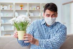 Der Mann, der unter Allergie - medizinisches Konzept leidet Stockfotografie