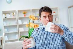 Der Mann, der unter Allergie - medizinisches Konzept leidet Lizenzfreie Stockfotos