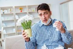 Der Mann, der unter Allergie - medizinisches Konzept leidet Stockfotos