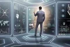 Der Mann, der virtuellen Knopf im Data - Mining-Konzept bedrängt Lizenzfreie Stockfotografie