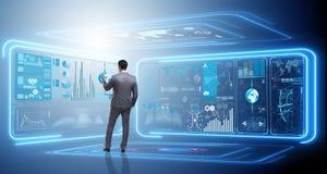 Der Mann, der virtuellen Knopf im Data - Mining-Konzept bedrängt Stockbild