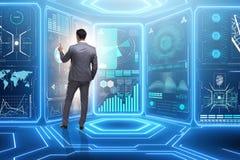 Der Mann, der virtuellen Knopf im Data - Mining-Konzept bedrängt stockfoto