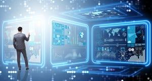 Der Mann, der virtuellen Knopf im Data - Mining-Konzept bedrängt Lizenzfreie Stockbilder