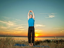 Der Mann, der Yoga macht, trainiert draußen Lizenzfreie Stockfotografie