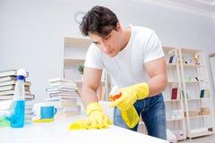 Der Mann, der zu Hause säubern tut Stockfotos
