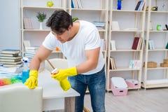 Der Mann, der zu Hause säubern tut Stockfoto