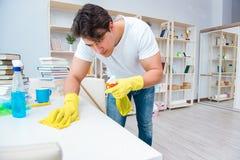 Der Mann, der zu Hause säubern tut Lizenzfreies Stockfoto