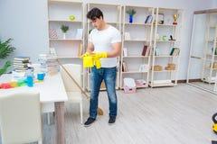 Der Mann, der zu Hause säubern tut Lizenzfreies Stockbild