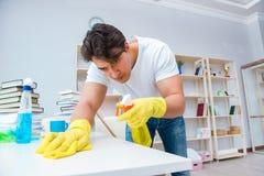 Der Mann, der zu Hause säubern tut Stockbild
