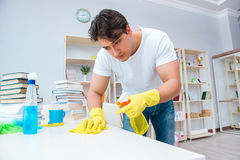 Der Mann, der zu Hause säubern tut Stockbilder