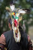 Der Mann des amerikanischen Ureinwohners, der traditionelle zeremonielle Kleidung tragen und der Kopf kleiden an Stockfotos