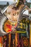 Der Mann des amerikanischen Ureinwohners, der traditionelle zeremonielle Kleidung tragen und der Kopf kleiden an Lizenzfreies Stockbild