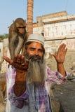 Der Mann, der die Affen einzieht Lizenzfreies Stockfoto