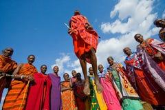 Der Mann eines Stamm Masais zeigt Ritualsprünge lizenzfreies stockbild