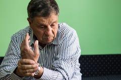Der Mann, der Eisbeutel auf Handgelenk hält, las die Stelle, die Standort der Schmerz anzeigt stockfoto
