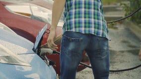 Der Mann erhält weg eine elektrische Ladung vom Auto in slowmotion stock video footage