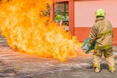 Der Mann erstickte das Üben, zum des Feuers zu stoppen Lizenzfreie Stockbilder