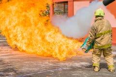 Der Mann erstickte das Üben, zum des Feuers zu stoppen Stockfotografie