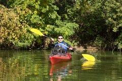 Der Mann fährt auf dem Fluss Kayak Stockbilder