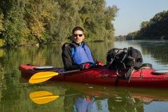 Der Mann fährt auf dem Fluss Kayak Lizenzfreie Stockfotos