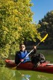 Der Mann fährt auf dem Fluss Kayak Stockfoto